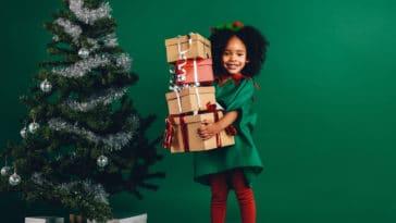 enfant noël cadeaux présents sapin recevoir