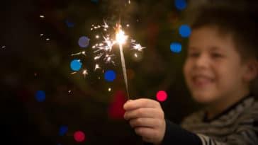 fête soirée Nouvel An enfants heureux pétards feux d'artifice