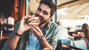 homme manger restaurant hamburger faim rendez-vous repas