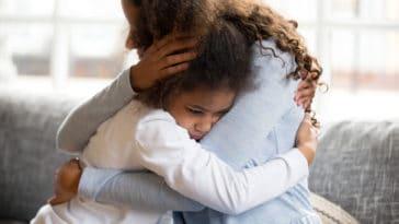 fille enfant mère triste sensible dispute conflit