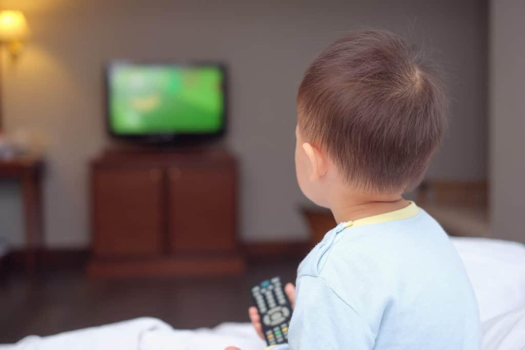 enfant écrans télévision matin troubles du langage exposition TV