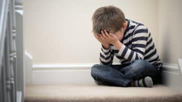 enfant garçon triste tristesse peur harcèlement scolaire punition punir