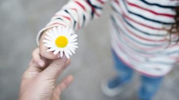 enfant partage fleur do cadeaux présent