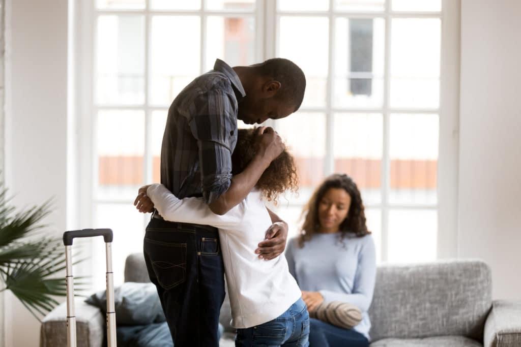 enfant parents parler discuter peur rassurer câlin tendresse famille dispute triste tristesse fille père mère maman papa