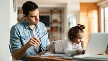 télétravail confinement enfant travailler ordinateur fatigue écran bébé