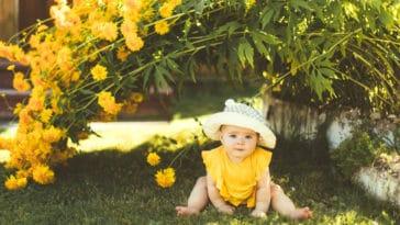 bébé été extérieur jeux jardin chaleur soleil
