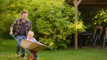 enfant jardin parent père extérieur jouer
