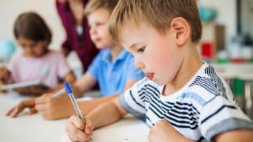 école enfant garçon écrire apprendre élèves rentrée scolaire