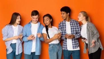 adolescents portable jeunes technologie groupe amis lycéens collégiens