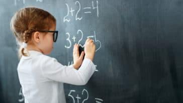 mathématiques maths élève école étude apprendre tableau écrire calculs addition