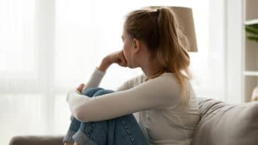 jeunes adolescents fille femme triste dépression covid-19 santé mentale tristesse
