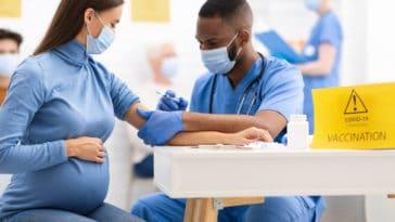 vaccin covid-19 coronavirus épidémie pandémie grossesse enceinte femme docteur hôpital piqûre