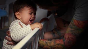 bébé pleurs nuit réveil lit parents porter consoler
